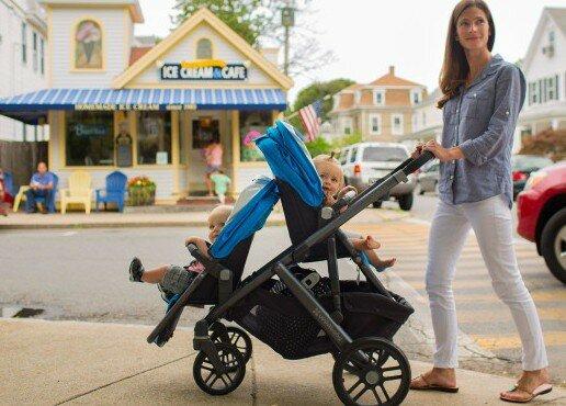 Как гулять с детьми-погодками: выбор коляски